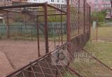 СМИ: В Братске на ребенка упали тяжелые металлические ограждения