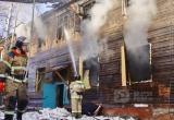 Огонь продолжает уничтожать расселенные дома в Братске (ВИДЕО)