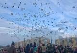 Жители Братска в память о жертвах трагедии в Кемерово выпустили в небо белые шары