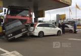 В Братске на заправке грузовой автомобиль протаранил 5 машин