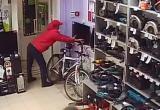 В Братске разыскивают молодого мужчину, который украл телевизор из магазина